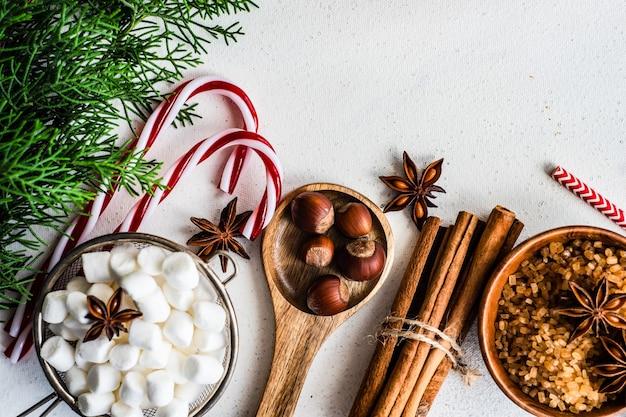 素朴な背景に食材を使ったクリスマス料理のコンセプト