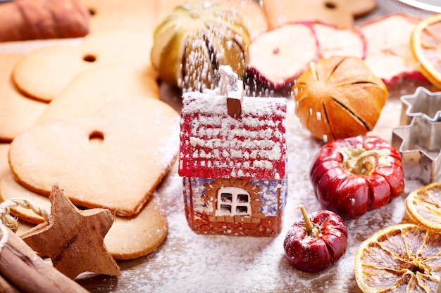 Рождественская кулинария: пряничный домик, печенье и сушеные фрукты