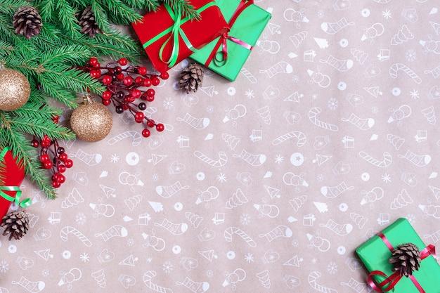 크리스마스 코너 구성. 전나무 나무 가지, 아트지 바탕에 소나무 콘으로 만든 프레임. 크리스마스, 겨울, 새 해 개념. 평면 위치, 평면도, 복사 공간.
