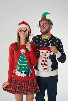 面白いマスクとクリスマスのカップル