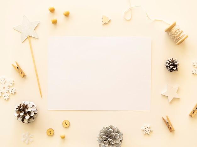クリスマスの工芸品は、コピースペースで平らに横たわっていました。
