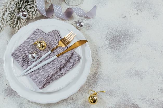 カトラリー、クリスマスプレゼント、モミの枝、装飾が施されたクリスマスのクリエイティブな構成。冬休みの背景。ボーダー、フラットレイ、トップビュー、コピースペース。