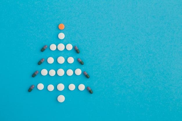 Новогодняя креативная елка из таблеток
