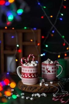 Рождественская чашка горячего шоколада, зефира с леденцами и леденцами