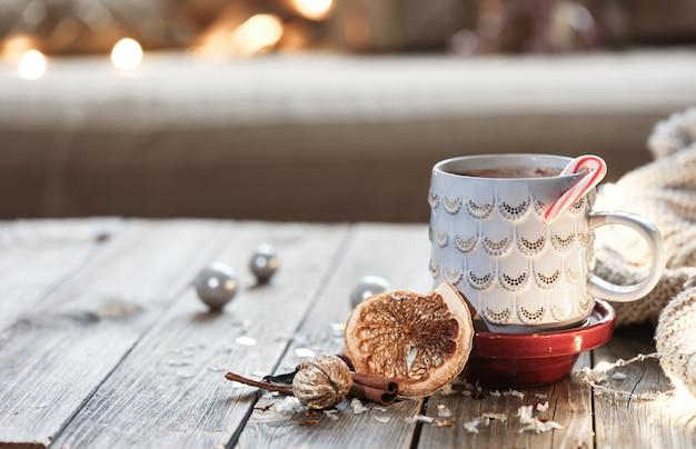 ボケ味のぼやけた背景に温かい飲み物とクリスマスカップ。