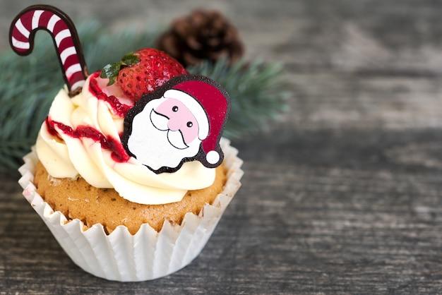 산타 클로스와 전나무 나무 크리스마스 컵 케 익