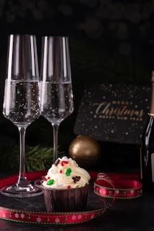 大晦日にバニラクリームとシャンパンのクリスマスカップケーキ
