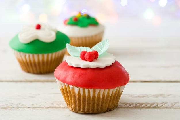 Рождественские кексы на белом деревянном столе