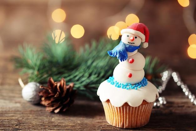 装飾、クローズアップのクリスマスカップケーキ