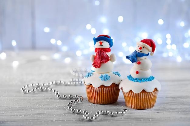 表面にライトが付いているクリスマスのカップケーキ
