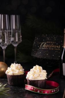 大晦日のバニラクリームとシャンパンのクリスマスカップケーキ