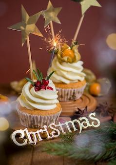Рождественские кексы с ванильной глазурью, клюквой и розмарином