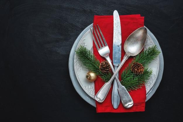 테이블에 크리스마스 데코와 함께 접시에 크리스마스 칼 붙이.