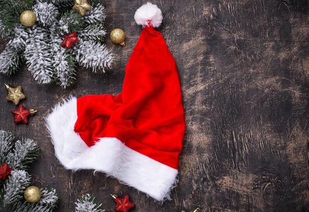 산타 모자와 함께 크리스마스 어두운 테이블입니다. 평면도