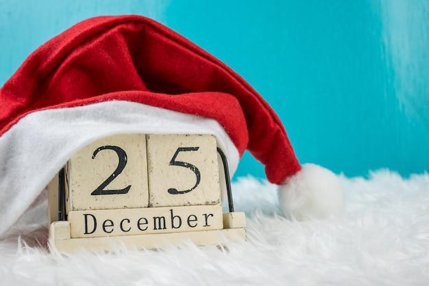 Рождественский день тема и украшение шляпой santa.wood куб блок календарь текущая дата 25 и месяц декабрь