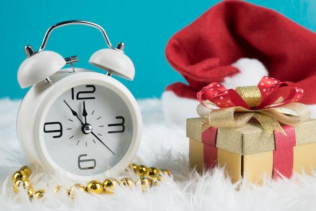 Подарочная коробка для рождественских подарков на рождество с шляпой санта и белыми ретро-часами