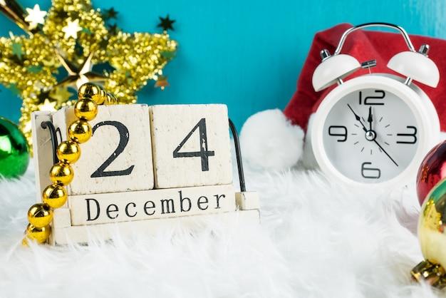 Новогоднее украшение темы в шляпе санта и белые ретро часы