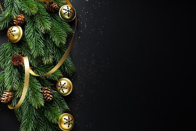 Рождественское деко с елью и шарами на темном фоне. flat lay. рождественское понятие