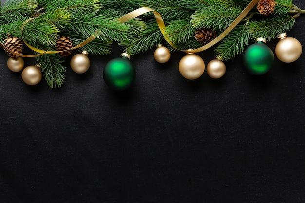 전나무와 어두운 배경에 싸구려 크리스마스 데코. 플랫 레이. 크리스마스 컨셉
