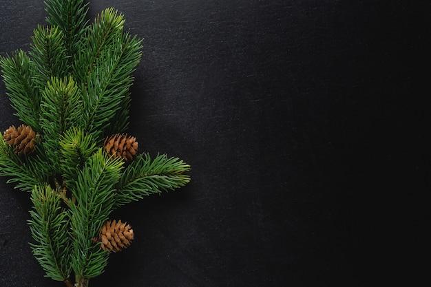 어두운 배경에 전나무와 크리스마스 데코입니다. 플랫 레이. 크리스마스 컨셉