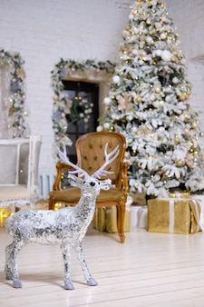 クリスマスの装飾とインテリア。装飾的な鹿