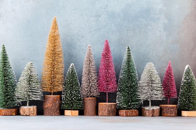 青い背景の上のクリスマスの装飾のクリスマスツリー