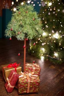 クリスマスの装飾。贈り物とクリスマスツリー。冬休み。