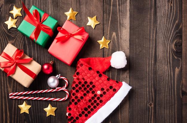 산타 모자, 별, 장식 및 크리스마스 선물 상자 장식의 크리스마스 장식 구성