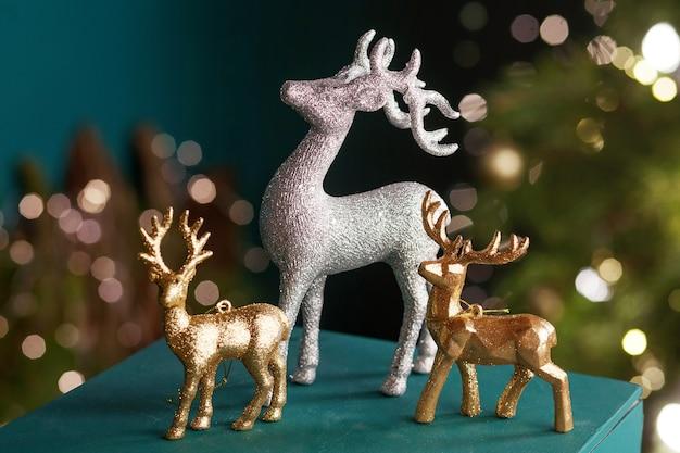 クリスマスの装飾。金と銀の鹿のクローズアップ。冬休み。