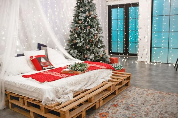 ロフトスタイルの寝室のクリスマスの装飾