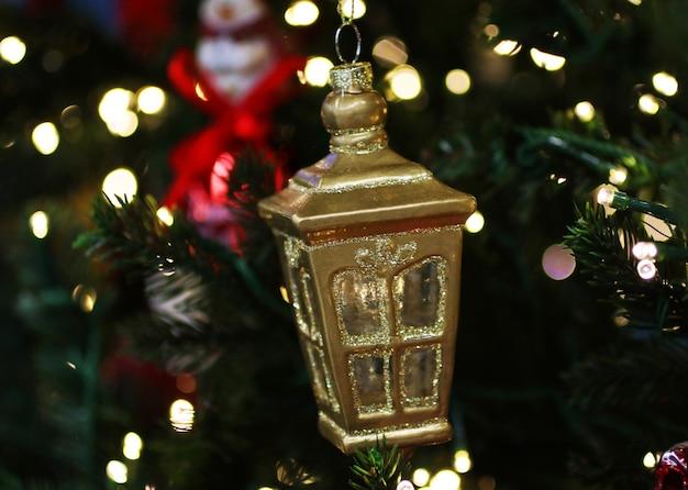 Рождественский декор в виде фонаря. фон с боке.