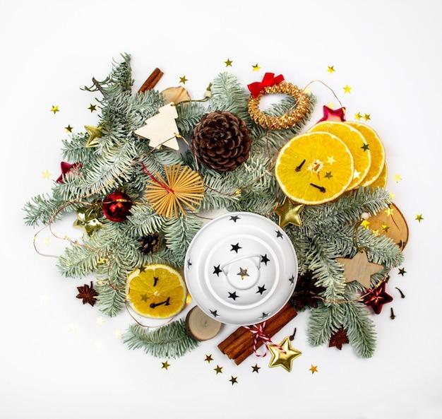 Рождественский декор, фонарь с еловой веткой, праздничный декор, гирлянда и снег