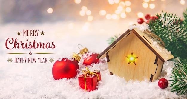 Рождественский декор, новогодний снежный домик. выборочный фокус. праздничный день.