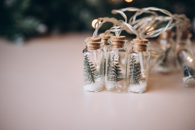 ベージュの背景にクリスマスの装飾。クリスマス。新年