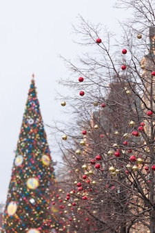 공과 조명으로 장식된 도시 거리 나무의 크리스마스 장식