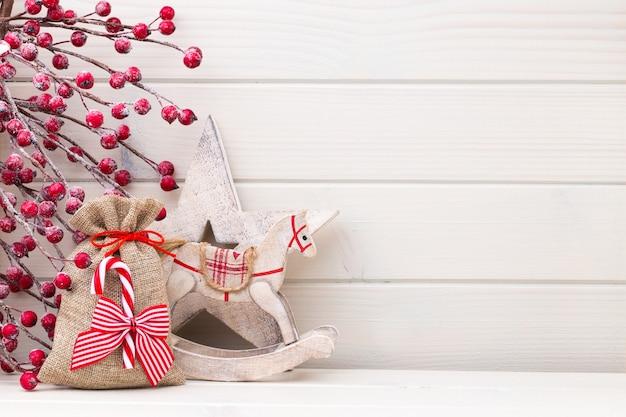 나무 흰색 배경에 크리스마스 장식