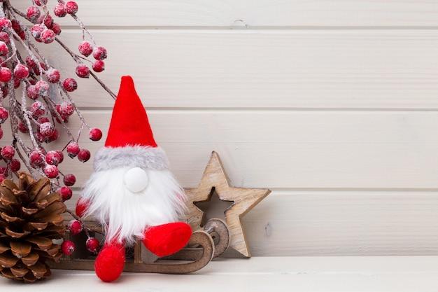 Рождественский декор на деревянных белом фоне
