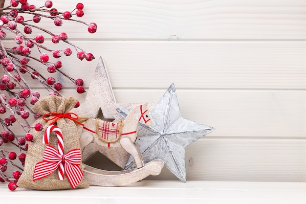 Copyspaceの木製の白いテーブルの上のクリスマスの装飾。