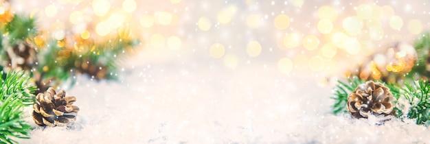 Рождественский декор, сосновые шишки в снегу. выборочный фокус. день отдыха.