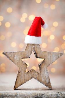 천사 산타 모자와 함께 크리스마스 장식입니다. 빈티지 배경입니다.