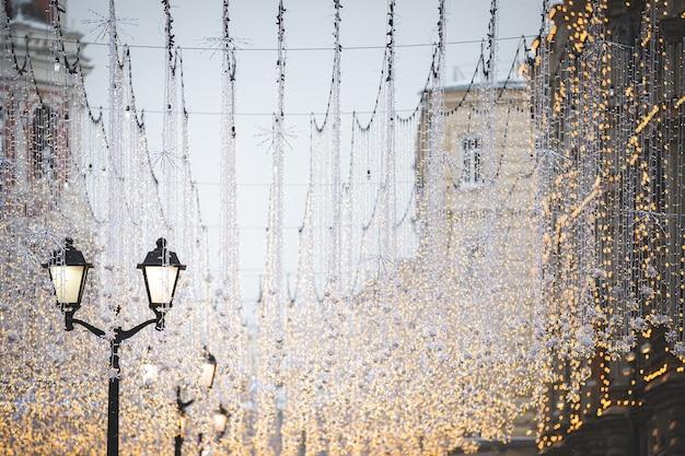Новогодний декор с большим количеством фонарей и гирлянд на никольской перед рождеством