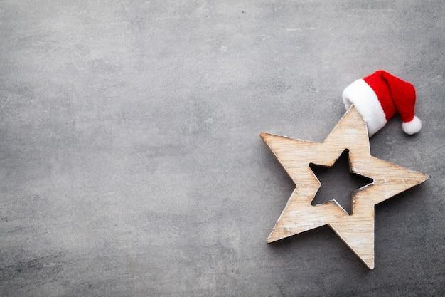 サンタの帽子とクリスマスの装飾。ヴィンテージの背景。