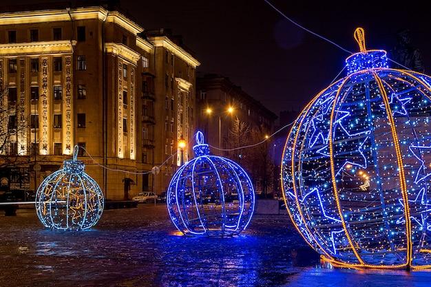 Рождество украшенный город санкт-петербург, россия. большие светящиеся елочные шары.