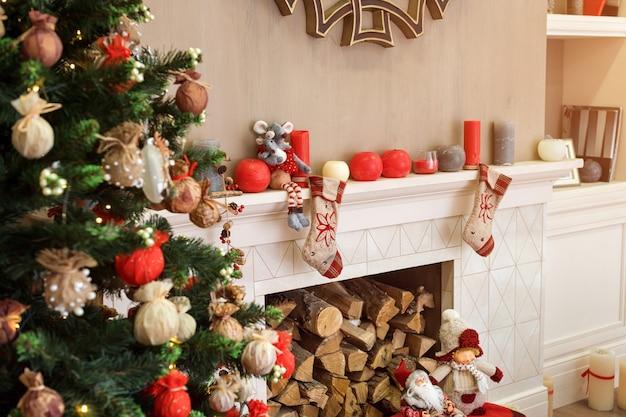 薪でクリスマスに飾られた暖炉