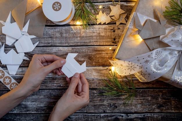 クリスマスに飾られた折り紙の紙の雄牛のシンボルのギフトボックス