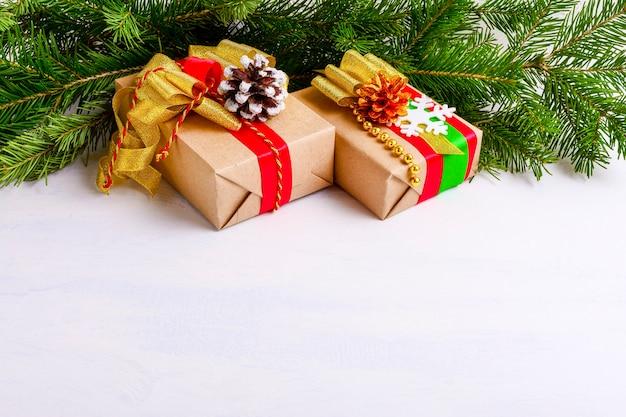 크리스마스 장식 선물 상자와 전나무 가지