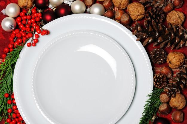 크리스마스 장식 접시를 닫습니다.