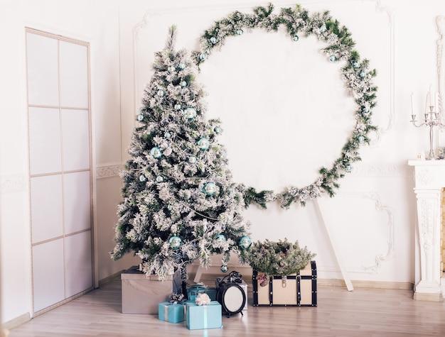 Рождественский оформленный номер. рождественская сцена с елкой