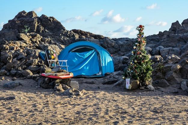 テネリフェ島のビーチでクリスマスに飾られた木。