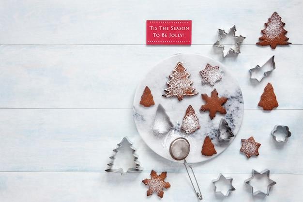 クリスマスの飾りとクッキーに砂糖を振りかけた